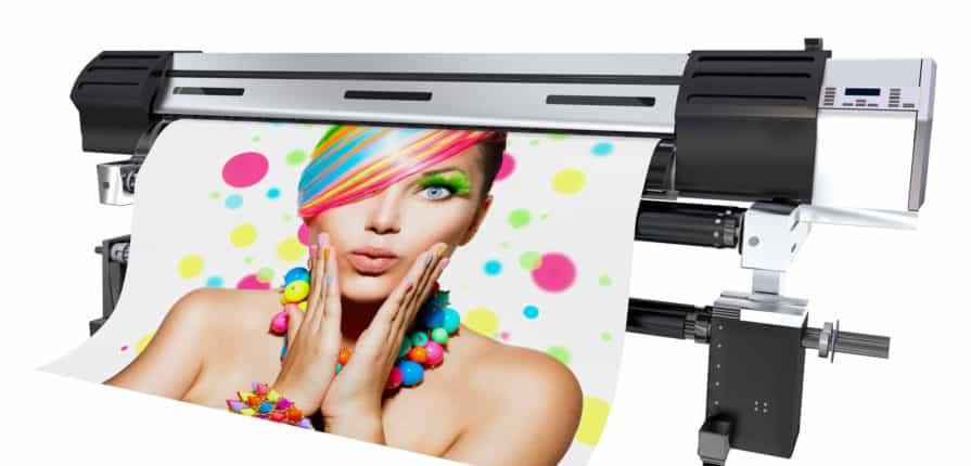 Drukarka wielkoformatowa podczas druku baneru przedstawiającego zdziwioną modelkę o kolorowych włosach