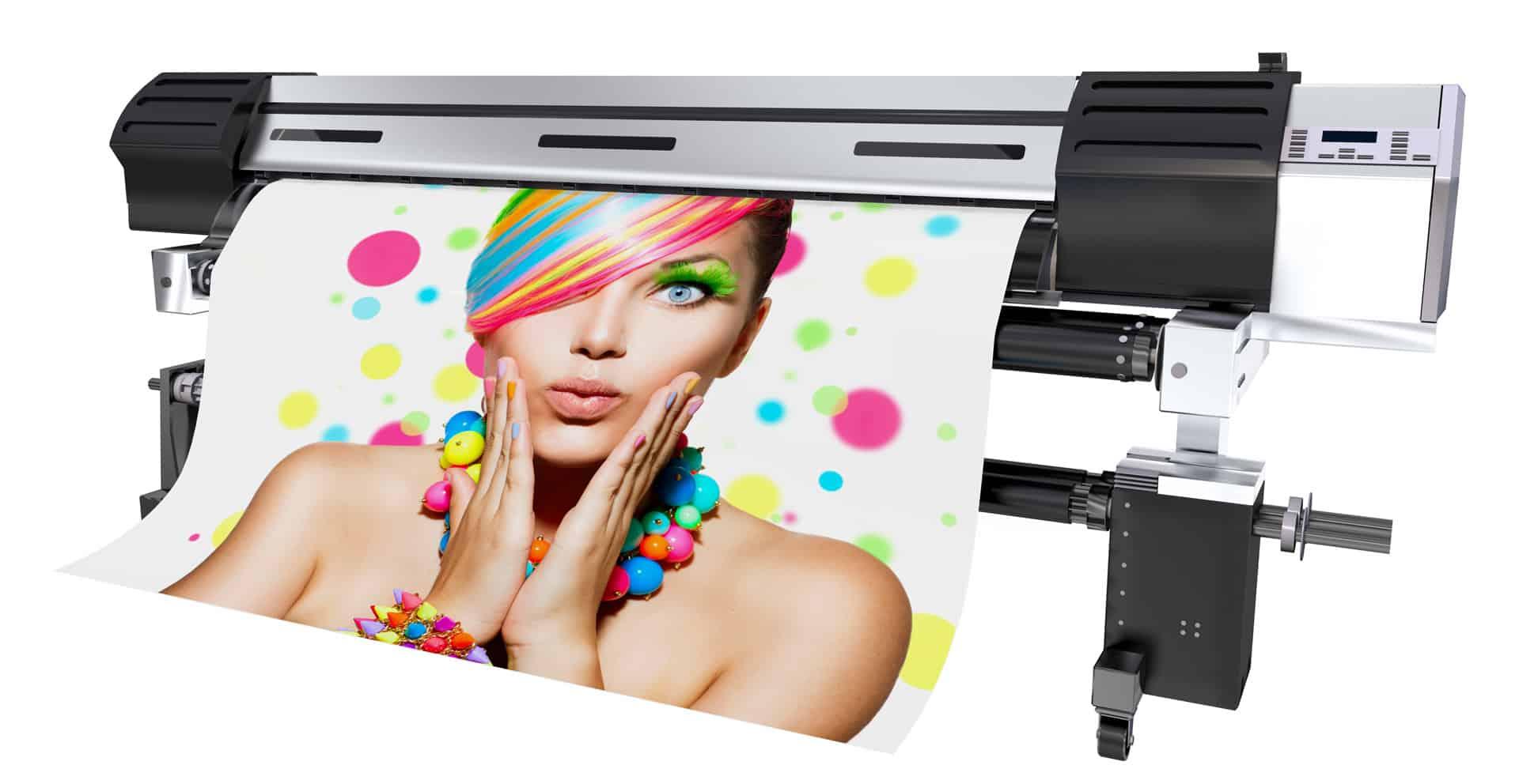 Drukarka wielkoformatowa drukująca baner reklamowy przedstawiający zdziwioną kobietę o kolorowych włosach.