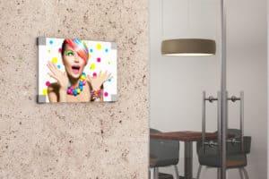Tablica reklamowa znajdująca się przy wejściu do biura, przedstawiająca kobietę.